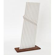 linienartig angelegte Skulptur in weiß