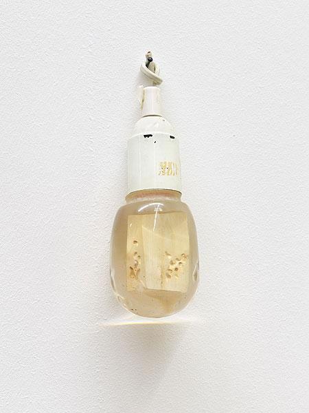 kleines Objekt einer Glühbirne ähnlich