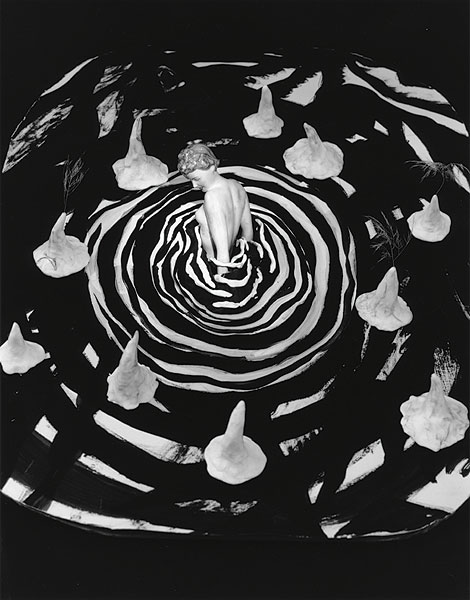weibliche Figur in schwarzem Wasser