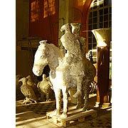 Reiter mit Falke auf einem Pferd
