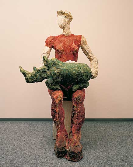 sitzende Frauenfigur mit Nashorn auf dem Schoß