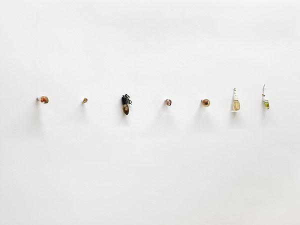 kleine farbige Objekte vor weißer Wand