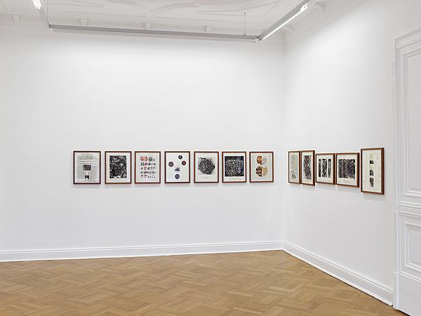 Wand mit Bildern in einem Ausstellungsraum